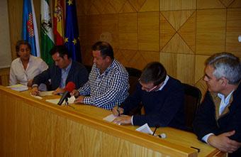 El alcalde rodense y representantes de la empresa constructora, en la firma del convenio