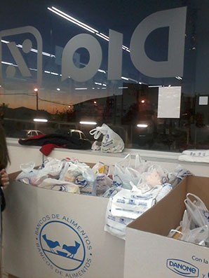 Imagen de las cajas situadas en DIA Estepa donde se recoge la colaboración de los vecinos