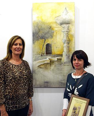La ganadora del certamen, junto a su obra y la alcaldesa de Osuna