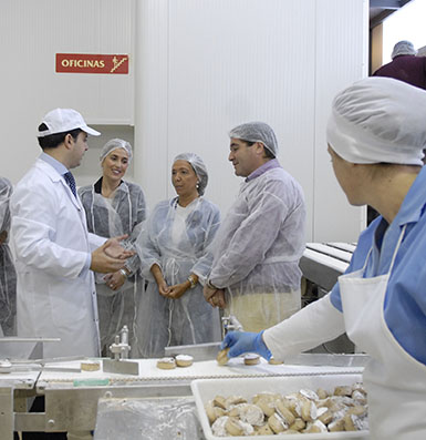 Panadero, acompañada por el alcalde y la delegada de Turismo de Estepa, en una fábrica de mantecados