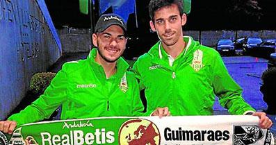 Caro, a la derecha de la imagen, antes de comenzar el partido. Foto: Estadio Deportivo.