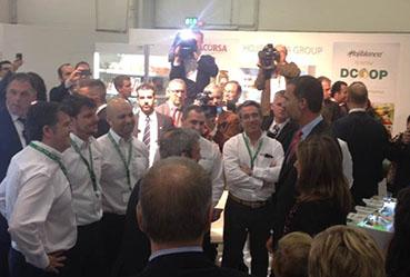 Los Príncipes de Asturias, conversando con personal de Dcoop