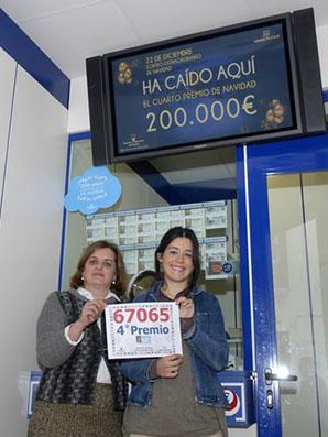Dolores Ávalos, a la derecha de la imagen, esta mañana en su administración de la calle Mesones