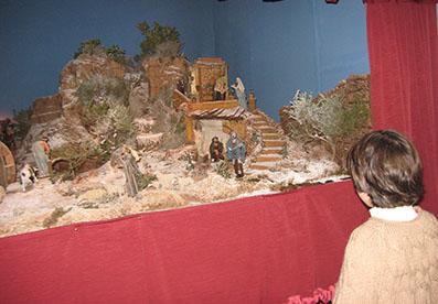 Una niña visitando el Belén Benéfico de ASEMI