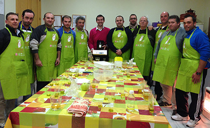 Los participantes del curso de cocina, junto a Moisés Caballero