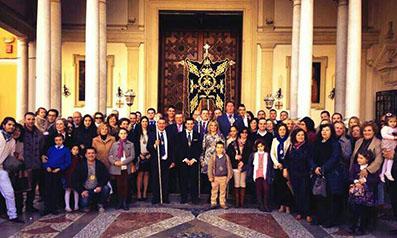 Cofrades casaricheños, a las puertas de la Basílica. Foto: Juan de Dios Reina Cosano/Hdad. Jesús Nazareno Casariche.