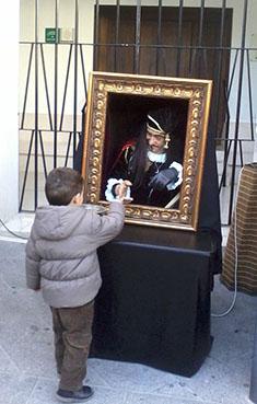Un retrato viviente obsequia a un niño con un caramelo