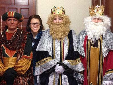 Los tres Reyes Magos de Pedrera, acompañados de la periodista Carmen Prados