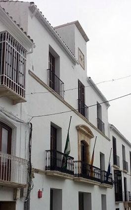 Las banderas del Ayuntamiento, a media asta. Foto: J.M.