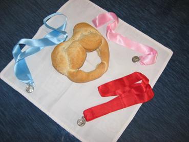 Rosca de pan y medallas de San Blas en Estepa. Foto: R.Camero.
