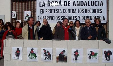 El alcalde rodense, Fidel Romero, en el centro de la imagen, acompañado de vecinos en protesta por los recortes