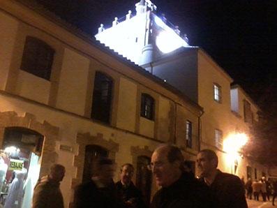 Monseñor Asenjo, ayer junto a la Iglesia del Carmen