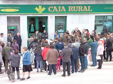 Vecinos concentrados hoy ante la Caja Rural. Foto: TVL Pedrera