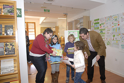 Alcalde y concejala, junto a algunos de los menores premiados. Foto: Ayto. de Estepa.