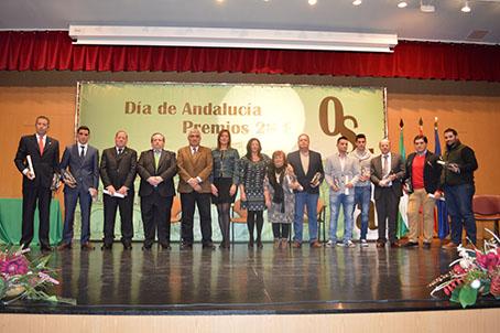 Los galardonados anoche, junto con los representantes municipales de Osuna