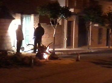 Hoguera de la calle Herrera, al comienzo de la noche