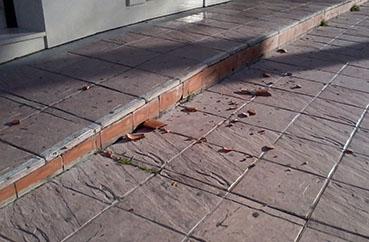 Trozos de tejas caídas en una calle de Estepa