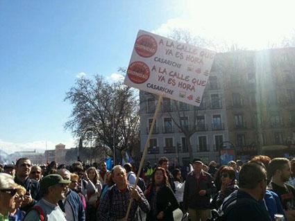 El ex alcalde de Casariche, Eladio Lozano, dirigente de IU, portando una pancarta en la marcha. Foto: @IUCasariche