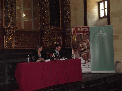 María de los Santos Córdoba  y el presidente de Caminos de Pasión, Fernando Priego Chacón, en la presentación del producto.