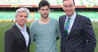 José Antonio Caro, acompañado del presidente del Betis, Guillén, tras su renovación