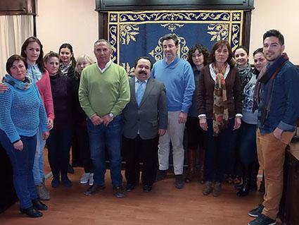 Los asistentes al consejo escolar municipal, junto al alcalde de Pedrera