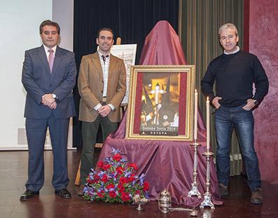 De izquierda a derecha, Miguel Fernández, alcalde de Estepa; Manuel Marchán, hermano mayor de la hermandad representada en el cartel, Las Angustias, y José Báez, autor del cartel de la Semana Santa 2014