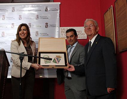 El alcalde, Basilio Carrión, y José Herrera, entregando a la presidenta de la Junta un detalle con motivo de la inauguración