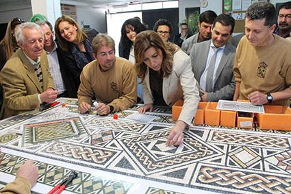Díaz, colocando una tesela en un mosaico que se está elaborando en el taller del museo