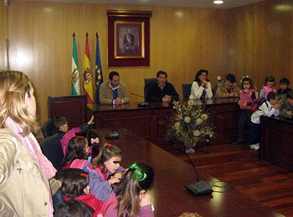 Un momento de la visita hoy al Ayuntamiento de Estepa de los menores del CEIP Santa Teresa