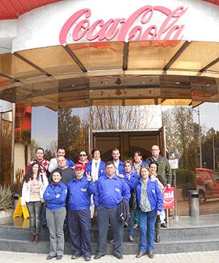 Los alumnos de La Molina, a las puertas de la factoría de Coca-Cola.