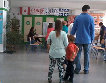 Ciudadanos en cola en una mesa electoral de Estepa, el domingo