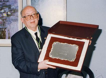 Fernando Fernández Macías, con la placa que recibió en su homenaje hace años