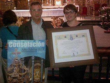 Vicente Parrilla, director del Aula en Estepa, y la concejala Carmen Sánchez, con la indulgencia plenaria recibida en Utrera