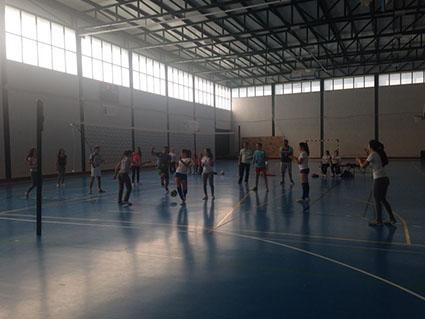 Niñas de la comarca disputan un partido de vóley en la última jornada del proyecto