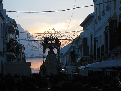 La Virgen se adentra en calle Roya rodeada de fieles