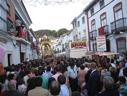 La calle Roya a rebosar a la espera de la Virgen