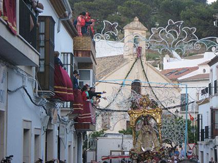 La Virgen recibe vítores desde los balcones