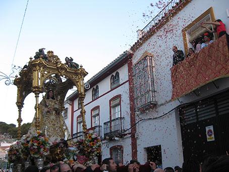 La Virgen en procesión, recibiendo una petalada en la calle Roya