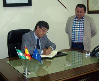 Valderas, junto al alcalde de La Roda, en un momento de su firma en el libro de visitas municipal