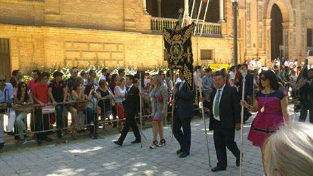 Los hermanos casaricheños, saliendo de la Plaza de España con su estandarte. Foto: Hermandad/ Chari del Pozo.