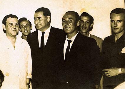 Benito Villamarín, tercero por la izquierda, en la inauguración de la Peña Bética de Osuna, año 1963. Foto: Peña Bética.