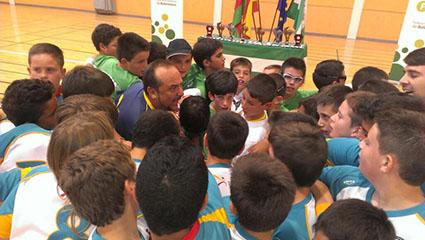 Saludo entre los alevines del club estepeño y sus rivales en la final en la que fueron subcampeones. Foto: @CDUrciAlmeria