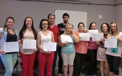 Las alumnas con sus diplomas, monitor y concejal, el día de la clausura