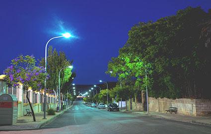 Una de las calles saucejeñas que ya cuenta con la nueva iluminación