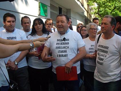 Imagen ayer de los alcaldes y vecinos concentrados, antes de ser llamados a la reunión con la Junta