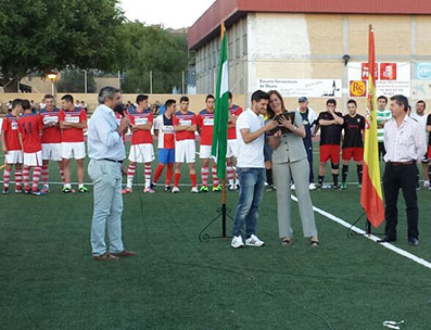 La alcaldesa de Osuna y Javi López, en un momento del homenaje