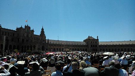 Vista general de la misa de la Plaza España de Sevilla, tomada desde la posición de la Hermandad del Nazareno y Esperanza. Foto: Chari del Pozo.