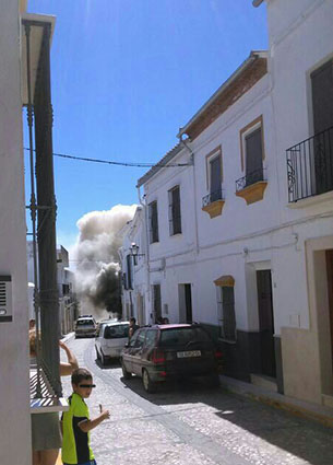 El humo provocado por el incendio de la casa puede verse en esta foto, que ayer ya circulaba por redes sociales.
