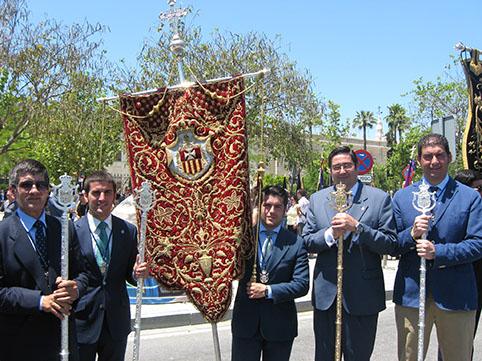 Miembros de la Hermandad de Jesús Caído de Osuna, con su hermano mayor al frente. Foto: Remedios Camero.