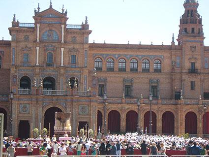 Imagen de la misa estacional de la Macarena en Plaza de España, el sábado. Foto: Remedios Camero.